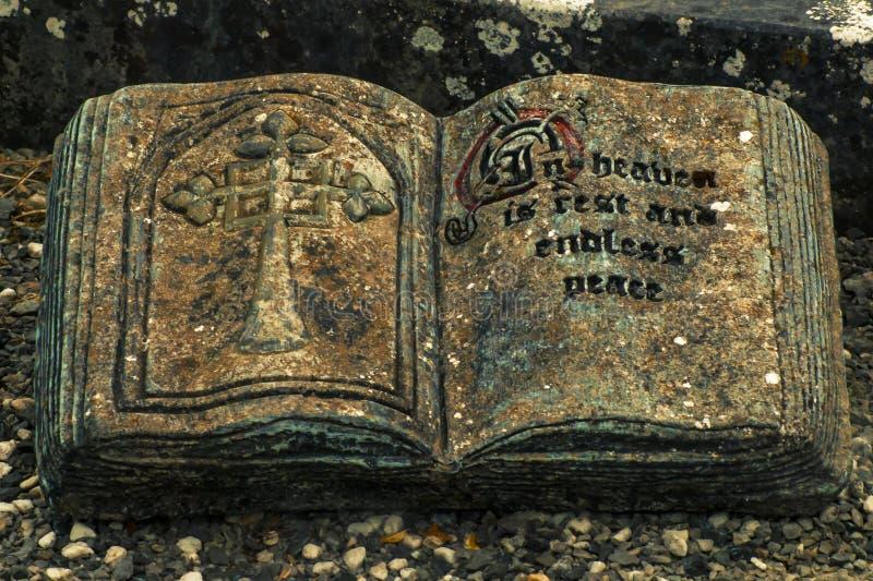 Libro como piedra grave imagenes de archivo