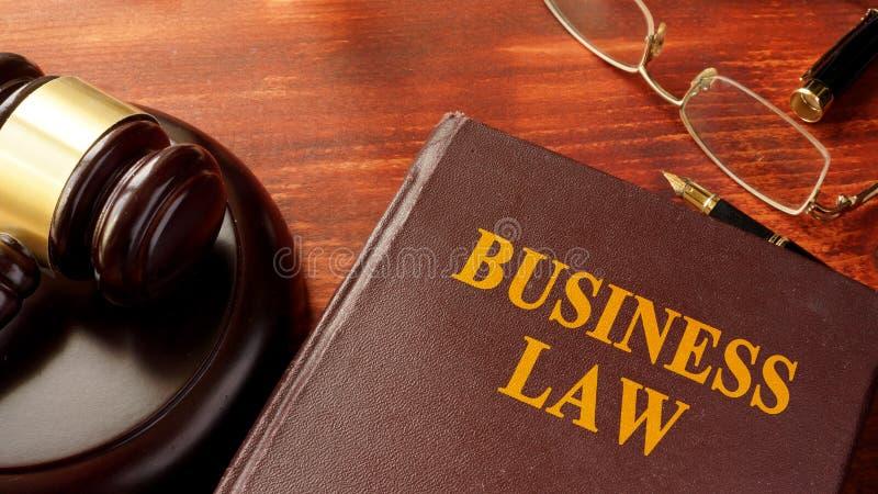 Libro con diritto commerciale di titolo fotografia stock