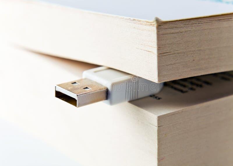 Libro con el enchufe del USB imagen de archivo libre de regalías