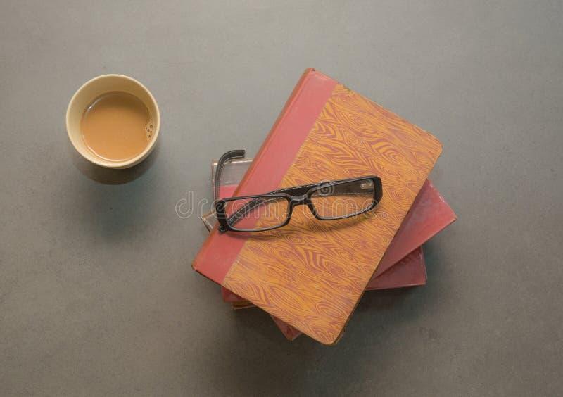 Download Libro Con I Vetri Sul Pavimento Immagine Stock - Immagine di imparare, grigio: 55360085