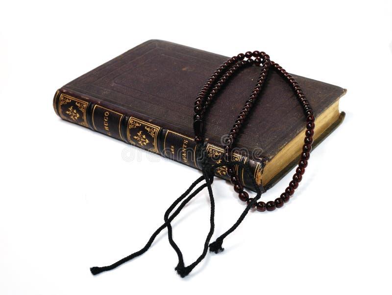 Libro con il rosario fotografia stock libera da diritti