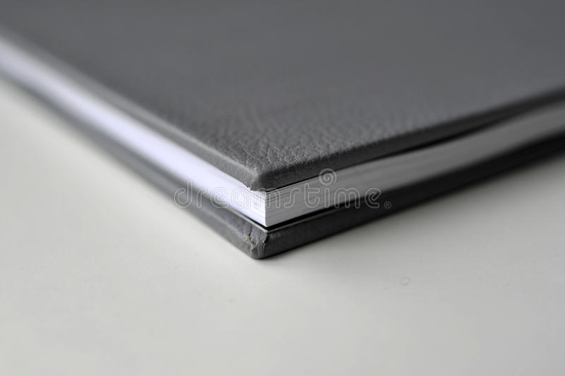 Libro con la copertura di cuoio nera fotografia stock