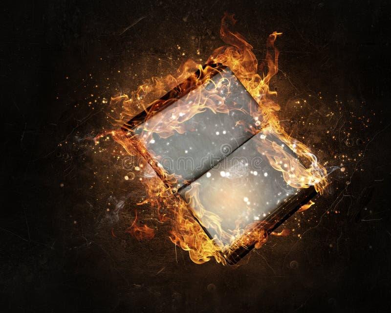 Libro con las páginas en blanco en fuego fotografía de archivo
