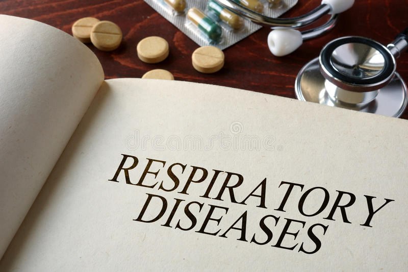 Libro con le malattie respiratorie e le pillole di diagnosi immagini stock