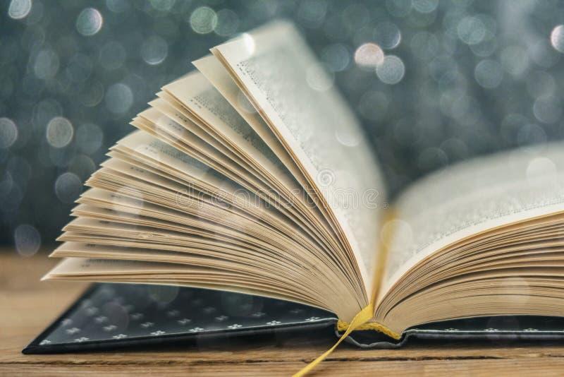 Libro con le pagine di volo immagine stock libera da diritti