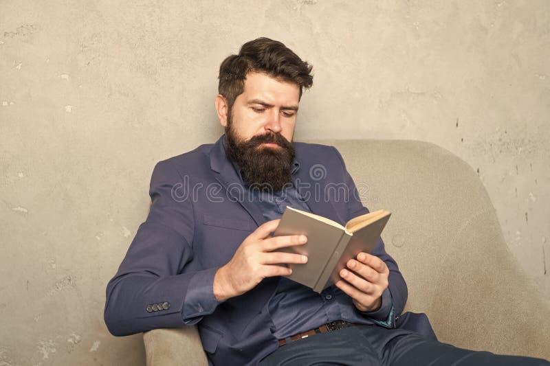 Libro contabile delle autorità di lettura Esperienza aziendale Gestione parte delle decisioni Uomo barbuto fotografia stock libera da diritti