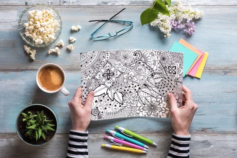 Libro da colorare adulto di coloritura femminile, concetto di consapevolezza immagini stock libere da diritti
