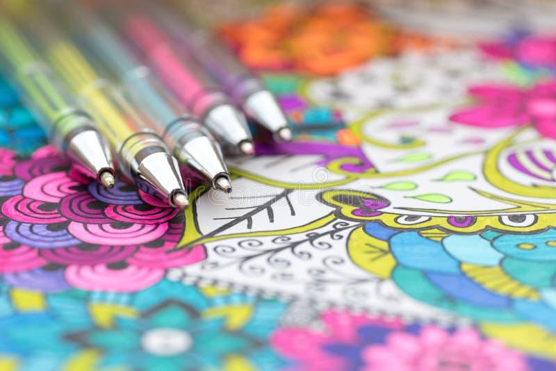 Libro da colorare adulto, nuova tendenza di alleviamento di sforzo Concetto di terapia, di salute mentale, di creatività e di con fotografia stock libera da diritti