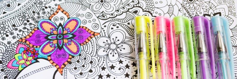 Libro da colorare adulto, nuova tendenza di alleviamento di sforzo Concetto di terapia, di salute mentale, di creatività e di con immagine stock
