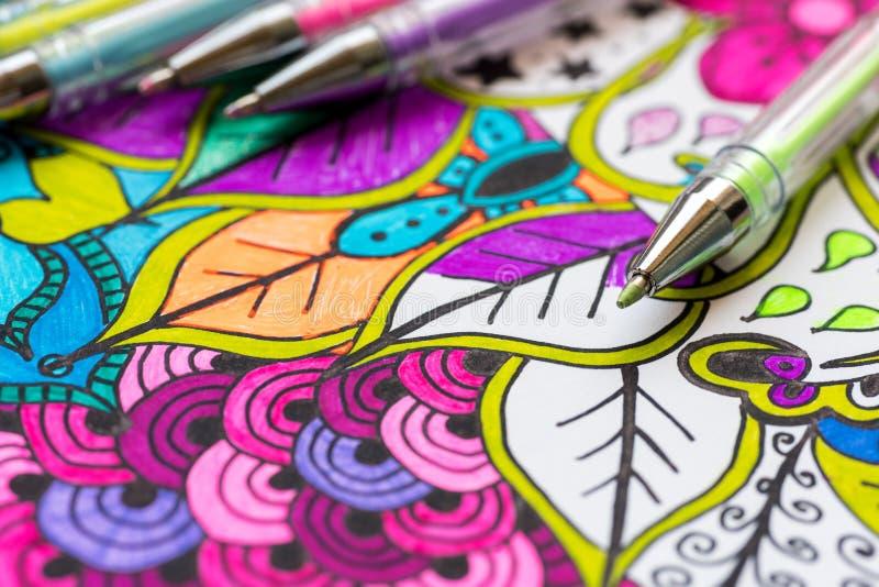 Libro da colorare adulto, nuova tendenza di alleviamento di sforzo Concetto di terapia, di salute mentale, di creatività e di con fotografia stock
