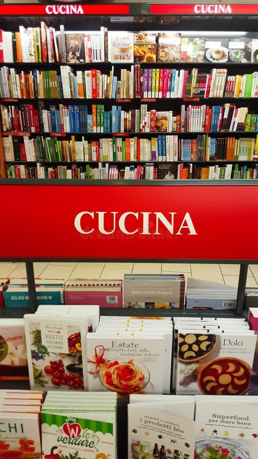 Libro de cocina (Italia) Estantes con los libros, estante foto de archivo