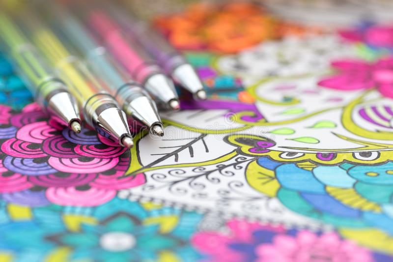 Libro de colorear adulto, nueva tendencia del alivio de tensión Concepto de la terapia del arte, de la salud mental, de la creati fotografía de archivo libre de regalías