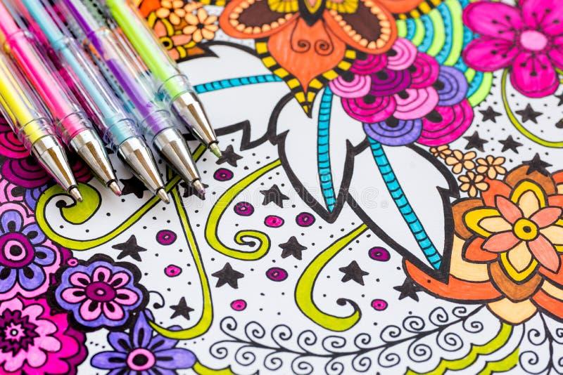 Libro de colorear adulto, nueva tendencia del alivio de tensión Concepto de la terapia del arte, de la salud mental, de la creati fotos de archivo libres de regalías