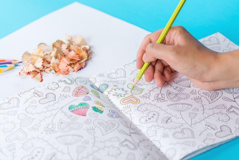 Libro de colorear anti del adulto de la tensión Mujer que colorea los libros de colorear adultos Terapia del color del arte Nueva imagen de archivo