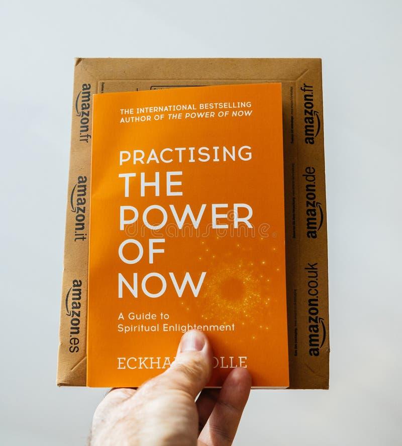 Libro de Eckhart Tolle Practising el poder de ahora imagen de archivo