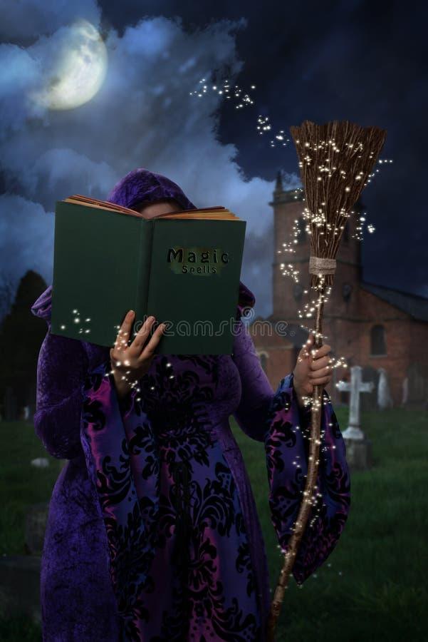 Libro de encantos mágicos imagen de archivo libre de regalías