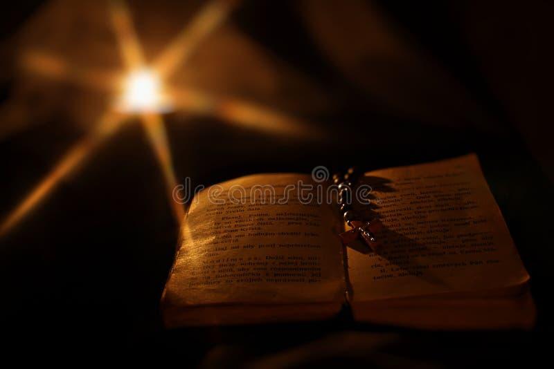 Libro de la cruz y de rezo imágenes de archivo libres de regalías