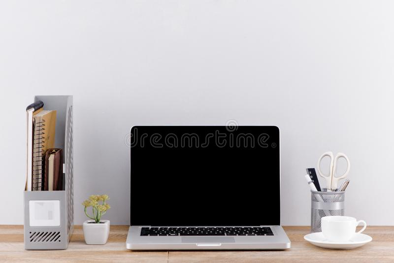 Libro de la escritura en un ordenador portátil Limpie la escena del escritorio en oficina o r imagen de archivo