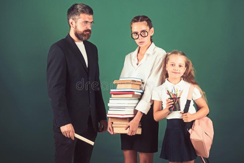 Libro de la gram?tica de la lecci?n y de la lectura de la literatura Lección de la literatura con el profesor estricto y los estu foto de archivo libre de regalías