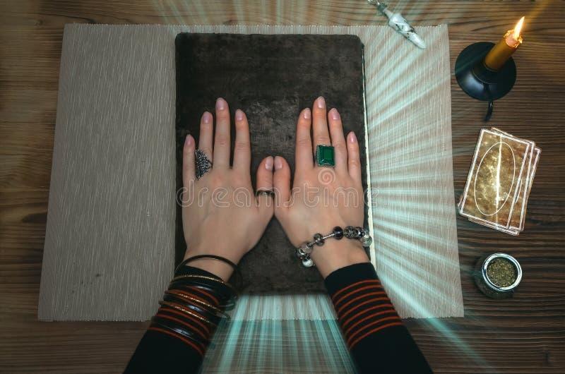 Libro de la magia Tarjetas de Tarot Lectura futura Concepto del adivino foto de archivo libre de regalías