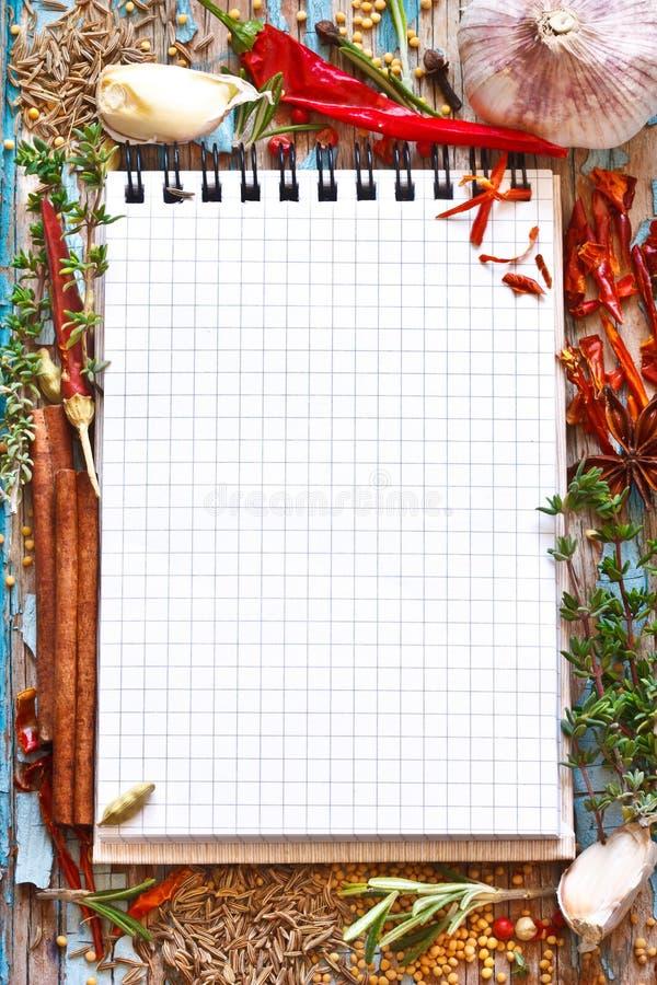 Libro de la receta con las especias. imágenes de archivo libres de regalías