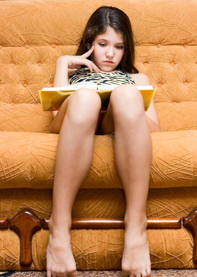 Libro de lectura adolescente de la muchacha imagen de archivo