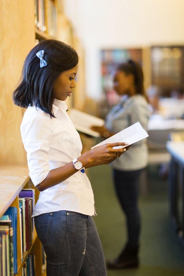 Libro de lectura africano de la mujer foto de archivo libre de regalías