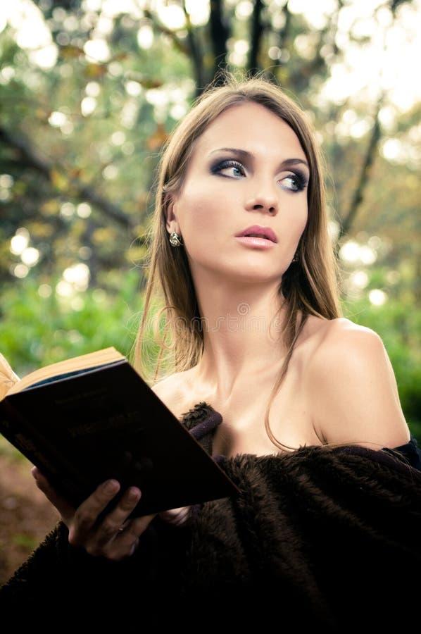 Libro de lectura atractivo de la mujer joven imagen de archivo libre de regalías