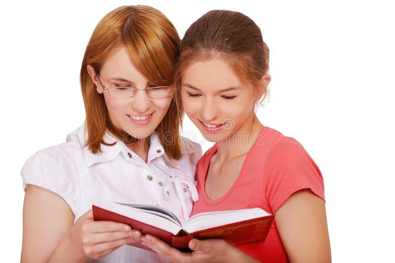 Libro de lectura de dos muchachas imagen de archivo libre de regalías