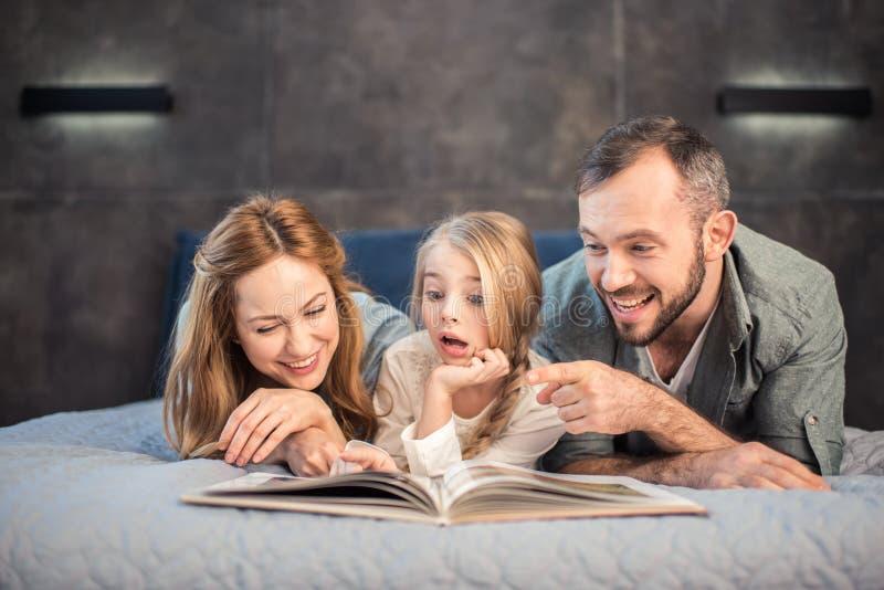 Libro de lectura de la familia imágenes de archivo libres de regalías