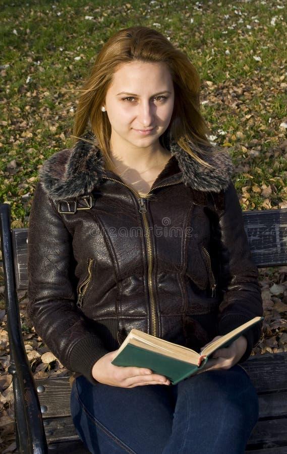 Libro de lectura de la muchacha imagen de archivo