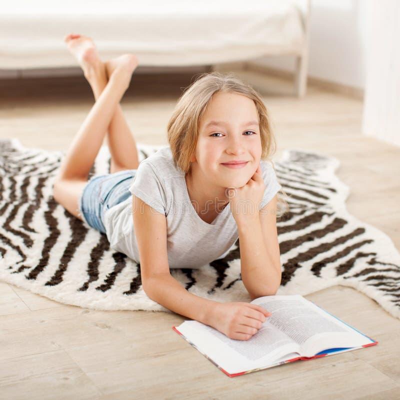 libro de lectura de la muchacha fotos de archivo