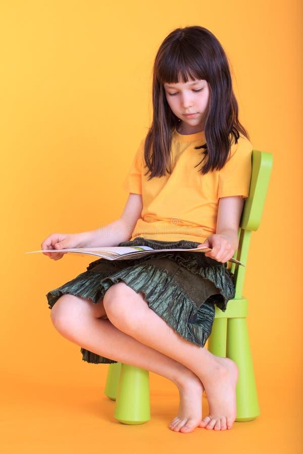 Libro de lectura de la muchacha imagenes de archivo