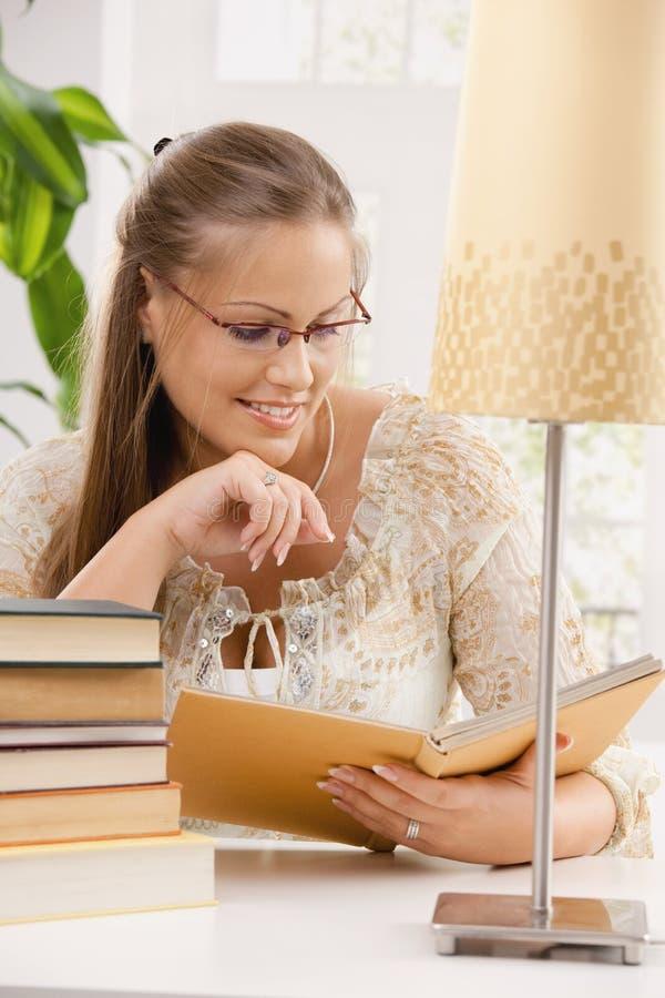 Libro de lectura de la muchacha del estudiante fotografía de archivo