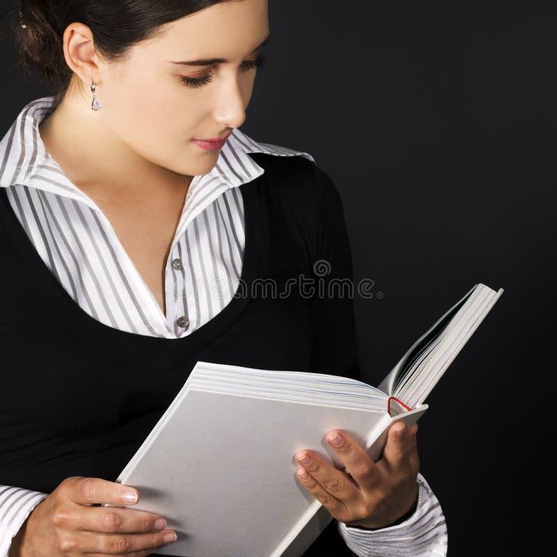 Libro de lectura de la mujer fotografía de archivo
