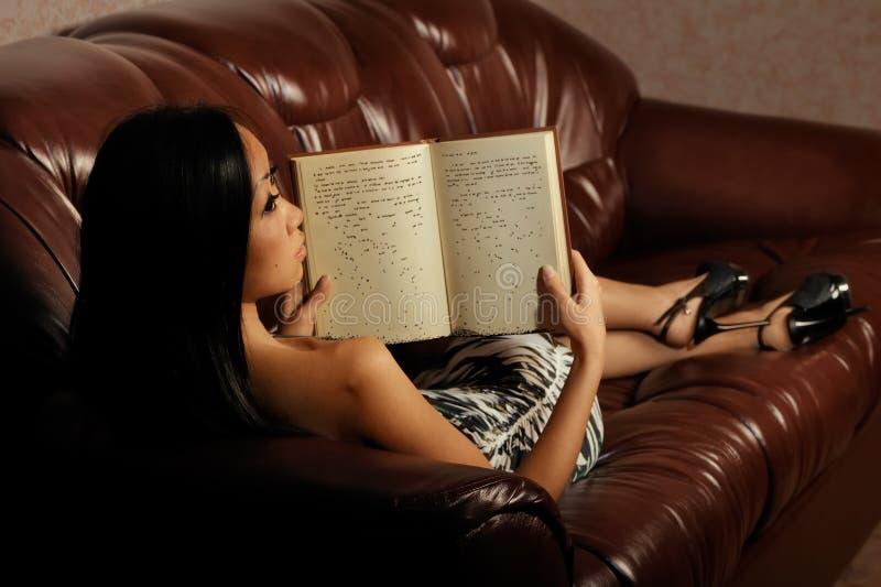 Libro de lectura de la mujer fotografía de archivo libre de regalías