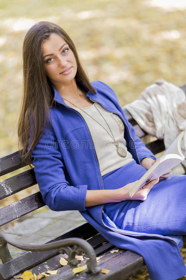Download Libro De Lectura De La Mujer Joven En El Parque Foto de archivo - Imagen de mirada, hermoso: 42431426