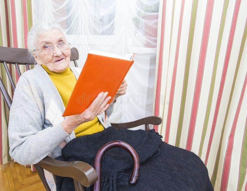 Libro de lectura de la mujer mayor fotografía de archivo libre de regalías