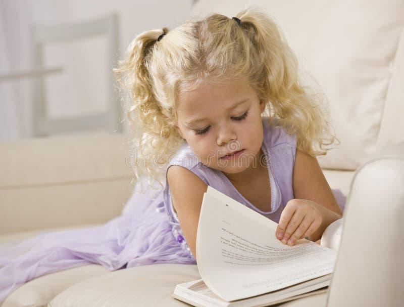 Libro de lectura de la niña foto de archivo