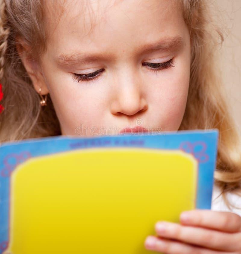 Libro de lectura de la niña foto de archivo libre de regalías