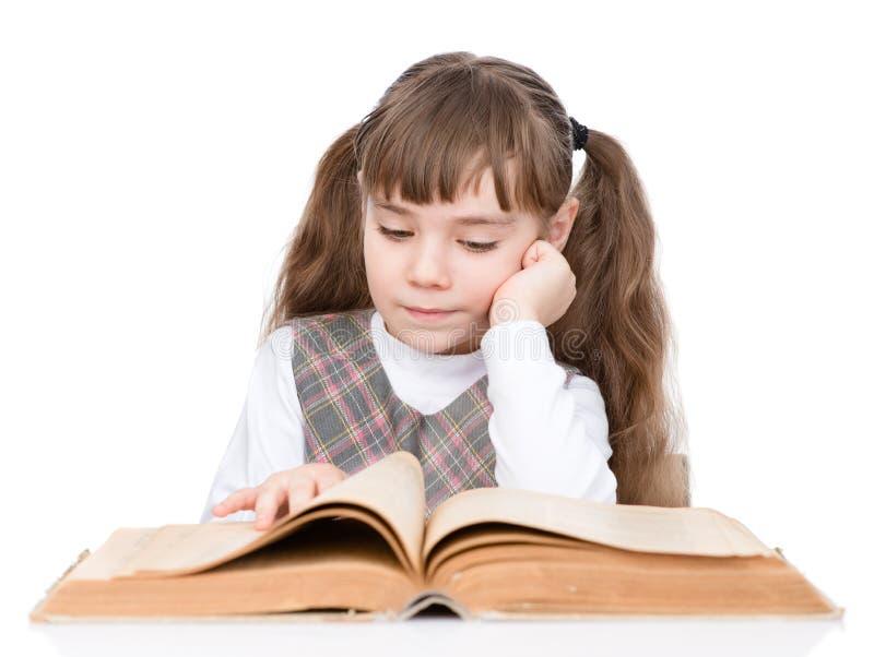 Libro de lectura de la niña Aislado en el fondo blanco imagenes de archivo