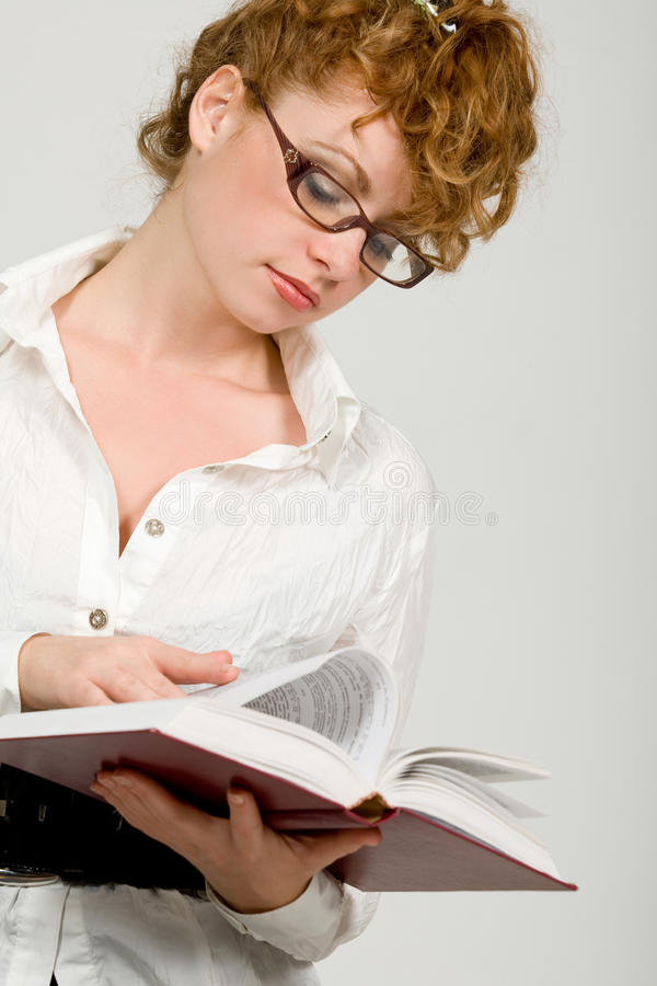 Libro de lectura de la señora joven imágenes de archivo libres de regalías