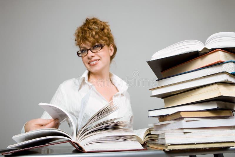 Libro de lectura de la señora joven fotografía de archivo libre de regalías