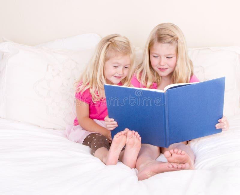 Libro de lectura de las hermanas imagen de archivo libre de regalías