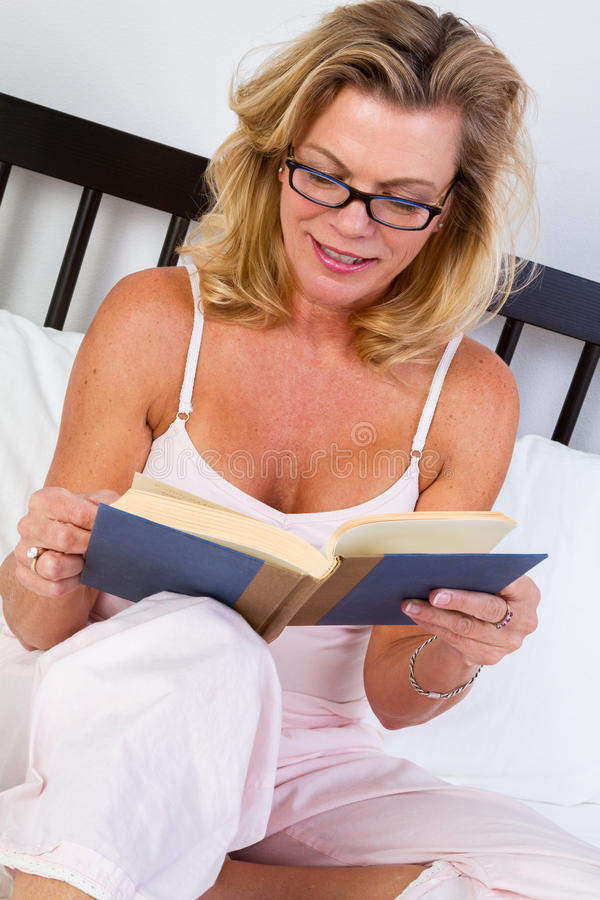 Libro de lectura de una más vieja mujer foto de archivo