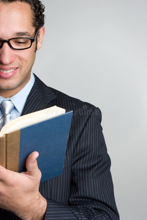 Libro de lectura del hombre imagenes de archivo