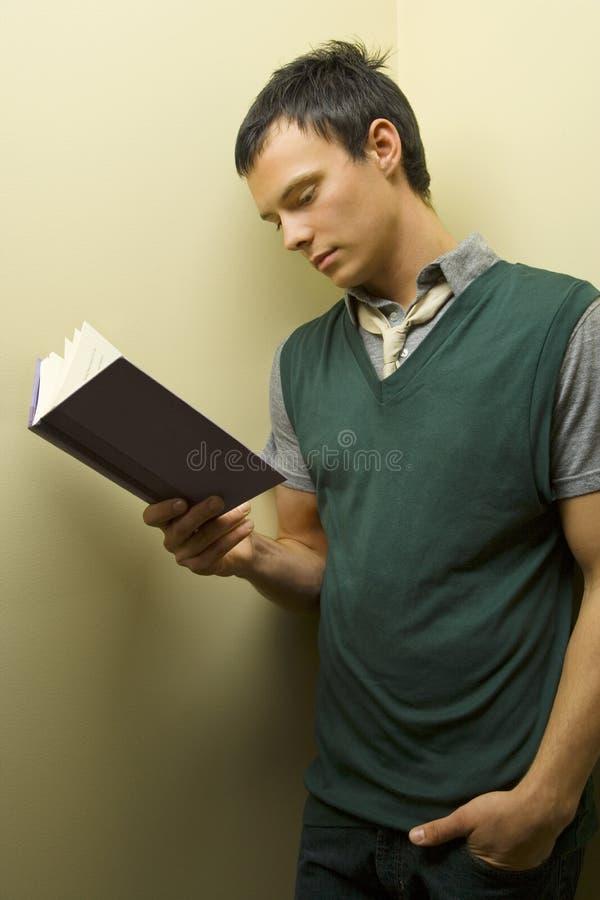 Libro de lectura del hombre joven fotografía de archivo libre de regalías