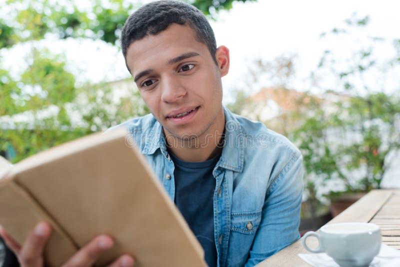 Libro de lectura del hombre joven fotos de archivo libres de regalías