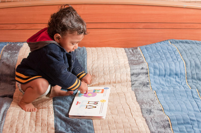 Libro de lectura del niño fotografía de archivo