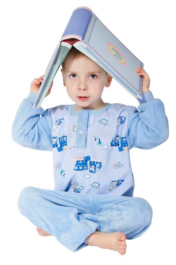 Libro de lectura del pequeño niño. imagenes de archivo